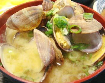 大阪難波にある天ぷら大吉なんば店のあさりの味噌汁