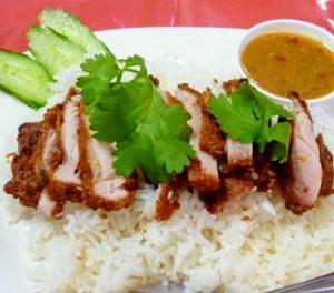 浅草にある人気タイ料理屋モンティーのトムヤムクンヌードルカオマンガイトー