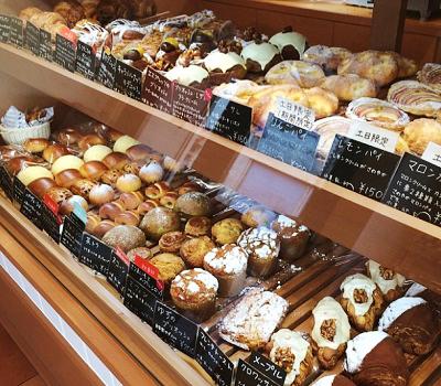 東京都大田区千鳥町駅近くにある人気パン屋グルグルベーカリーGURU GURU BAKERYのショーケース