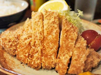 新橋駅近くにある沖縄料理はいさいのとんかつ