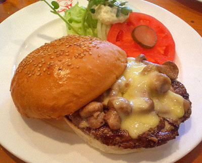 東京都品川区東五反田駅近くにあるハンバーガー店フランクリン・アベニューのマッシュルームハンバーガー