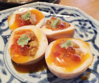 福岡市天神南駅近くにある居酒屋池三郎の半熟卵のうにいくらのせ