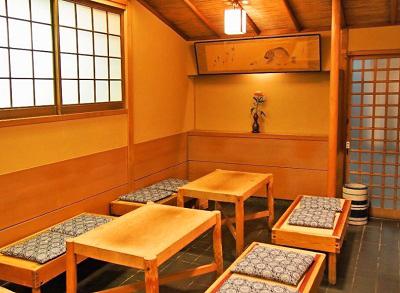 京都市祇園四条駅近くにある寿司屋いづうの店内