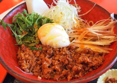 大阪富田駅近くにあるラーメン店麺厨房華燕の汁なし担々麺