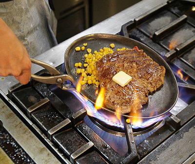 東京都北府中駅近くにある洋食店カロリーハウスのステーキ焼いてる様子