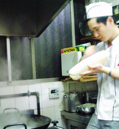 横浜市にある四川料理店華隆餐館 カリュウサンカンの麺をそいでる様子