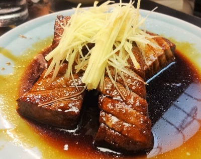 日本橋人形町駅近くにある魚介料理屋柳屋大衆料理川治のマグロ煮