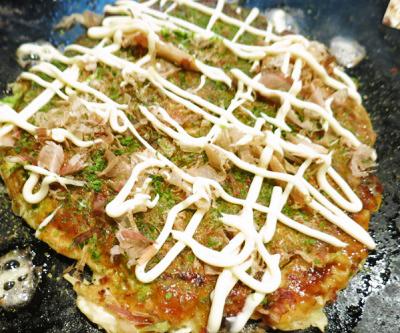 東京都月島にある鉄板焼き店もんじゃ蔵くらのお好み焼き