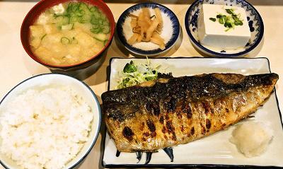 福岡市中央区中洲川端駅近くにある焼き鯖が人気の居酒屋真マコトの鯖の一枚焼き定食