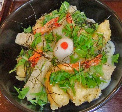 大阪府八尾市久宝寺口駅近くにあるうどん屋讃岐屋雅次郎の海老と揚げ餅のぶっかけ