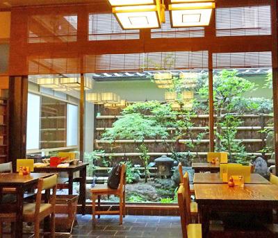 東京都中央区日本橋神田駅近くにあるそば屋室町砂場の店内