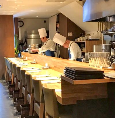 京都市京都市役所前駅近くにある洋食おがたの店内