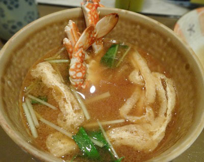 大阪市中央区東心斎橋にある海鮮丼が人気ぺりーのいくら丼のみそ汁