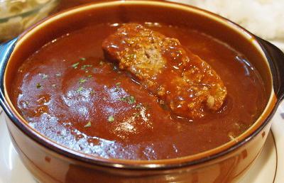 大阪市天下茶屋駅近くにある黒毛和牛が人気の洋食の店Revoレボの煮込みハンバーグ