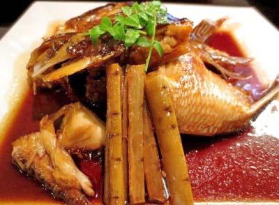 清水五条駅近くにある居酒屋櫻バーの煮魚