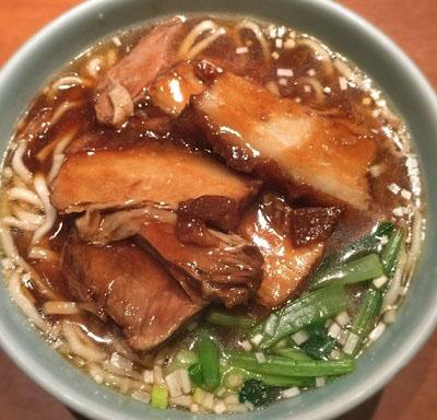 東京都港区芝大門にある上海料理新亜飯店芝大門店の三枚肉肉そば