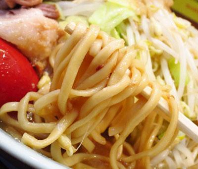 東京都立川市立川駅南口近くにあるラーメン屋立川マシマシの麺
