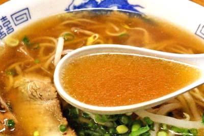 福岡中洲川端駅近くにあるラーメン王餃子のスープ