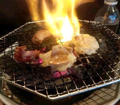 東京都板橋駅近くにあるホルモン屋山源の網焼き