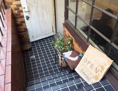 東京都港区原宿駅近くにあるカレーが人気のお店ヨゴロウYOGOROの入口