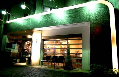 駒沢大学駅近くにあるカフェバワリー・キッチンの外観夜