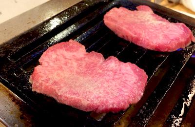 西武新宿駅近くにある焼肉治郎丸のタン塩
