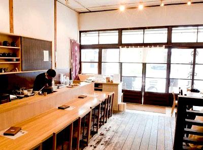 錦糸町駅近くにある北斎茶房の店内