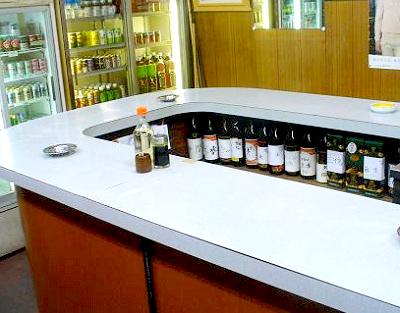 博多駅近くにある立ち飲み居酒屋三喜屋酒店の店内