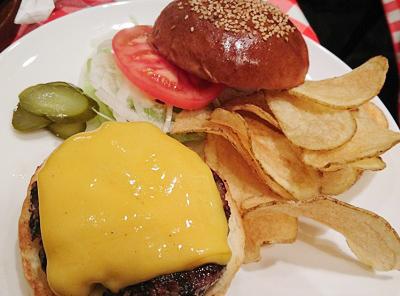 水道橋駅近くにあるハンバーガー屋アイコウシャのチーズハンバーグ
