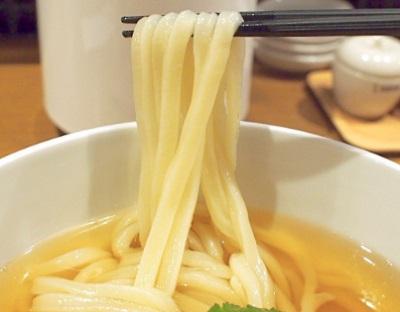 博多駅近くにあるうどんダイニング弥栄の麺