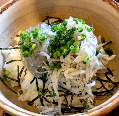 長谷駅近くにある鎌倉甚平のハーフ&ハーフしらす丼定食