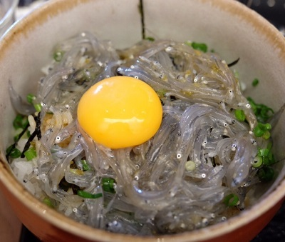 長谷駅近くにある鎌倉甚平の生しらす丼定食