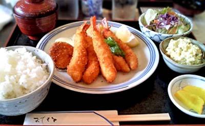 京都丸太町駅近くにある手づくり洋食屋手塚のエビフライ定食