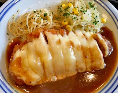 京都丸太町駅近くにある手づくり洋食屋手塚のチーズカツカレー