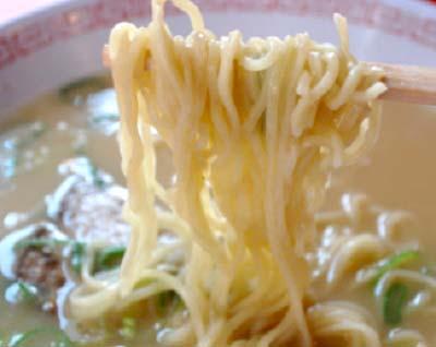 難波駅近くにある金龍ラーメンの麺
