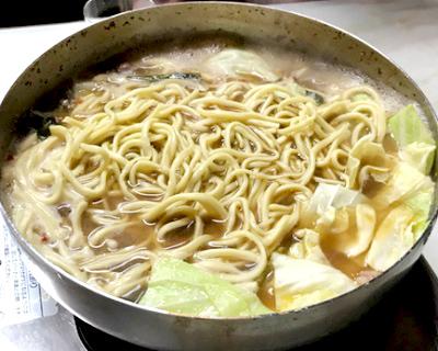 祇園駅近くにあるもつ鍋みやもとの麺