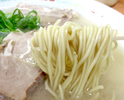 祇園駅近くにあるラーメン屋長浜ナンバーワン祇園店の麺
