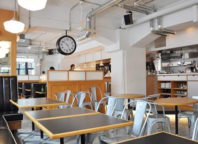 渋谷駅近くにあるカフェオンザコーナーの店内