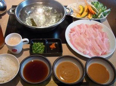 渋谷駅近くにあるしゃぶしゃぶ但馬屋渋谷店の肉と鍋