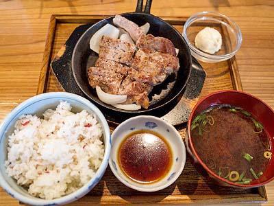 博多駅近くにある豚ステーキ十一の定食
