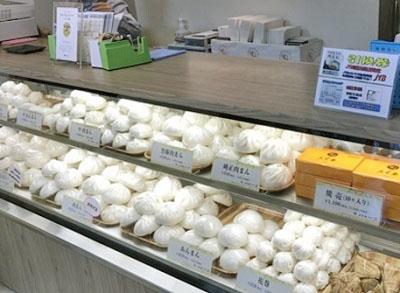 飯田橋駅近くにある肉まん専門店五十番神楽坂本店のショーケース