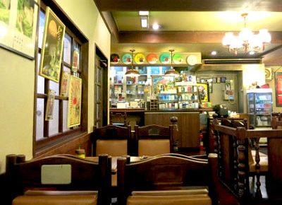 黄金町駅近くにあるカフェ珈琲山の店内