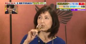 ヒルナンデス!で紹介されている純米生アフスを飲んでいる酒井真紀