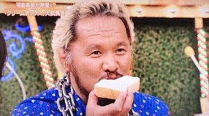 ロミオホームベーカリーのクリームボックスを食べている真壁刀義