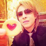 YOSHIKIがお菓子を持っている様子